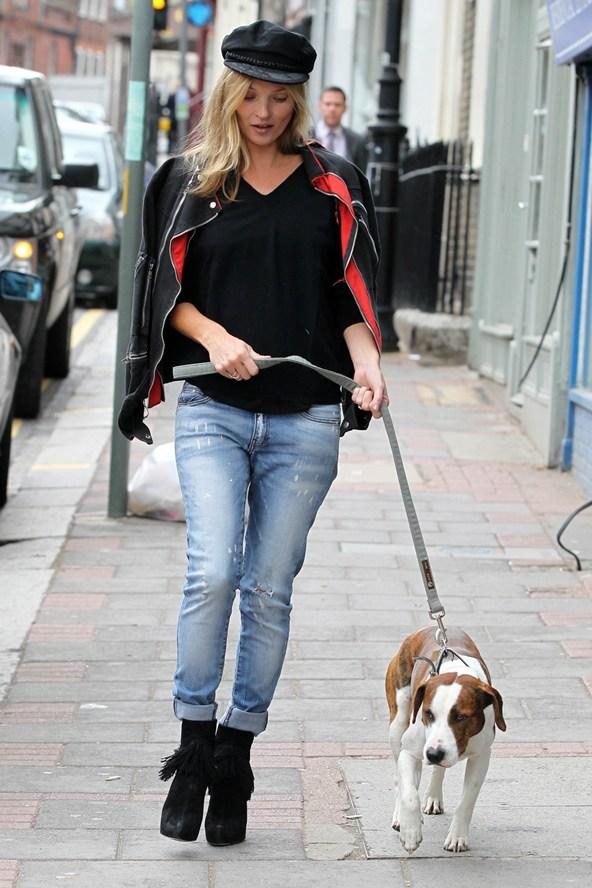 Kate-Moss-dog-Vogue-27Jan15-Rex_b_592x888