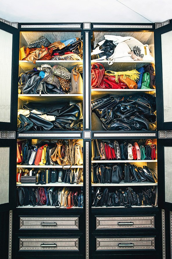 Kate-Moss-handbags-Vogue-27Jan15-Mike-Trow_b_592x888
