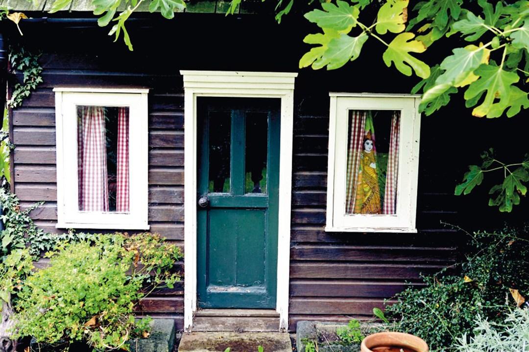 Kate-Moss-wendy-house-Vogue-27Jan15-Mike-Trow_b_1080x720