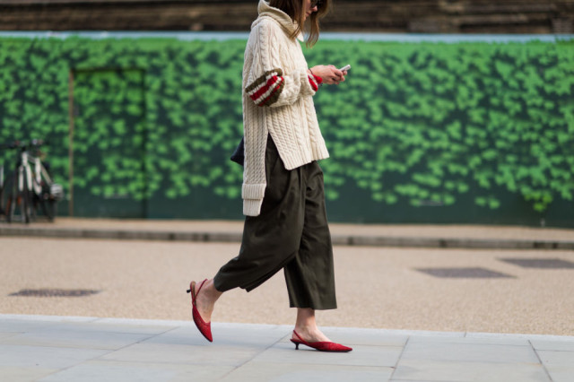 culottes-overszied-chunky-turtleneck-sweater-red-ladylike-mules-fall-colors-lfw-street-style-elle-com_-640x426